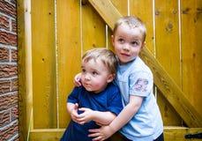Zwei Jungen, die zusammen oben schauen Lizenzfreies Stockbild