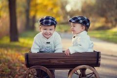 Zwei Jungen in einem Wagen Lizenzfreies Stockfoto