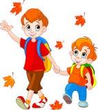 Zwei Jungen gehen zur Schule Stockbilder