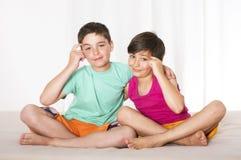 Zwei Jungen im Bett Stockfotos