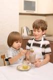 Zwei Jungen mit Cup Kakao Stockfoto