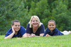 Zwei Jungen mit Mutter Stockfotos