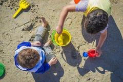 Zwei Jungen mit Strand-Spielwaren Stockbilder