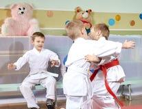 Zwei Jungen sind ausgebildeter Judosparring vor anderen Athleten lizenzfreie stockbilder