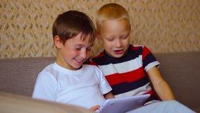 Zwei Jungen spielen auf einer weißen Platte, die auf sitzt stock video