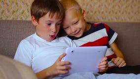 Zwei Jungen spielen auf einer weißen Platte, die auf sitzt stock video footage