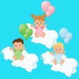 Zwei Jungen und ein Mädchen, das auf Wolken mit bunten Ballonen sitzt Stockfotografie