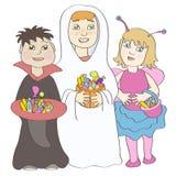 Zwei Jungen und Mädchen, die Halloween-Kostüme und h tragen Stockfotografie