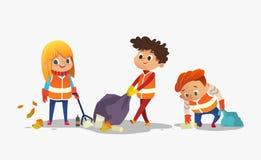Zwei Jungen und Mädchen, die orange Westen trägt, sammeln Abfall für die Wiederverwertung, die Kinder, die Plastikflaschen und Ab lizenzfreie abbildung