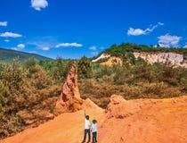 Zwei Jungen von sieben und vier Jahren bewunderten Roussillon Stockfotos