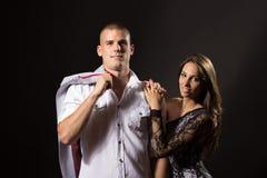 Zwei Jungenpaare des jungen Mädchens 20 Jahre alte aufwerfende schwarze Hintergrund Lizenzfreies Stockfoto