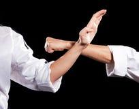 Zwei kämpfende Hände im Kimono auf Schwarzem Stockfotos