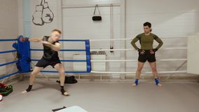 Zwei K?mpfer haben intensives Training im Kampfverein auf dem Ringside stock video