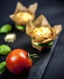 Zwei Käsemuffins, -basilikum, -tomate und -käse stockbild