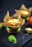 Zwei Käsemuffins, -basilikum, -tomate und -käse stockbilder