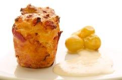 Zwei Käsemuffins mit in Essig eingelegten Trauben und Soße Lizenzfreie Stockfotografie