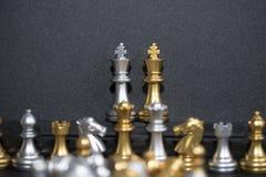 Zwei König Chess und die Armee auf dem schwarzen Hintergrund Stockfoto