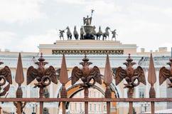 Zwei-köpfige Adler auf dem Zaun um die Säule von Alexandria, auf Palast-Quadrat in St Petersburg Stockbild