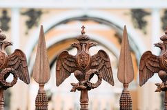 Zwei-köpfige Adler auf dem Zaun um die Säule von Alexandria, auf Palast-Quadrat in St Petersburg Lizenzfreie Stockfotos