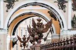 Zwei-köpfige Adler auf dem Zaun um die Säule von Alexandria, auf Palast-Quadrat in St Petersburg Stockbilder