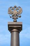 Zwei-köpfiger russischer Adler auf eine Spalte gegen einen blauen Himmel Fragment des Monuments des Militärruhmes Lizenzfreie Stockfotos