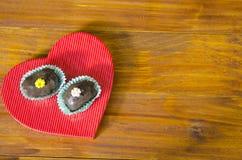 Zwei köstliche selbst gemachte Schokoladenplätzchen auf einem Herzen Stockfotografie