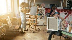 Zwei Künstler-Farbe im Studio stock video footage