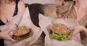 Zwei k?stliche Hamburger Hei?es und geschmackvolles Fastfood Rindfleischburger K?stliches Mittagessen imbi? Brötchen, Kotelett, S stock video footage