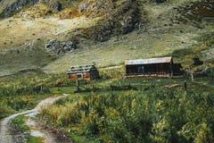 Zwei Kabinen in den Bergen und in einem Erdweg lizenzfreie stockfotos