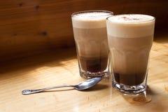 Zwei Kaffee und der Löffel Stockbild