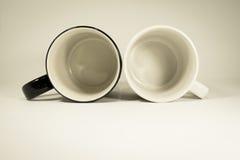 Zwei Kaffeetasse auf backgound Stockbilder