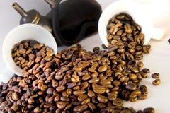 zwei Kaffeetasse und Kaffeebohnen Stockbilder