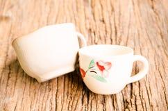 Zwei Kaffeetassen auf hölzernem Brett Stockfoto