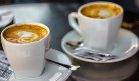 Zwei Kaffeetassen auf Tabelle Stockfotografie