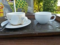 Zwei Kaffeetassen, die auf dem Tisch gegessen worden und gesetzt worden sind stockfoto