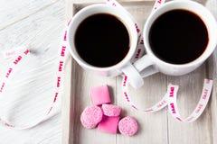 Zwei Kaffeetassen mit rosa Süßigkeiten Stockfoto