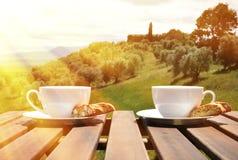 Zwei Kaffeetassen und cantuccini Stockbild