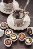 Zwei Kaffeetassen und Schokolade Lizenzfreies Stockbild