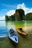 Zwei Kajakboote, die auf den Strand warten, luden mit Gepäck Lizenzfreie Stockfotos