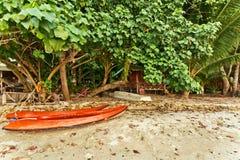 Zwei Kajakkanus auf einem tropischen Strand lizenzfreies stockfoto