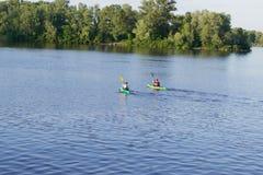 Zwei Kajaks auf dem Fluss stockfotografie
