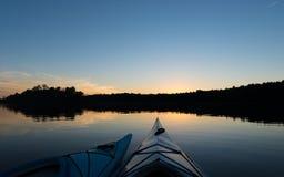 Zwei Kajaks am Sonnenuntergang lizenzfreies stockbild