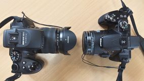 Zwei Kameras auf hölzernem Hintergrund Lizenzfreie Stockbilder