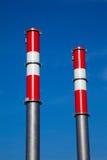 Zwei Kamine eines Kraftwerks Stockbild
