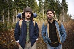Zwei kampierende Freunde Stockfoto