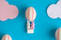 Zwei Kaninchenspielwaren in Eiballon-Ostern-Zusammenfassung stockfotografie
