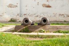 Zwei Kanonen auf dem Turm Weinlesewaffe - Kanone von den alten Zeiten stockbild