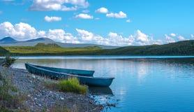 Zwei Kanus auf dem Ufer stockbilder