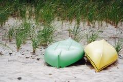 Zwei Kanus und Strandhafer auf Gardiners-Bucht Stockfotografie