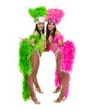 Zwei Karnevalstänzerfrauen, die gegen lokalisierten weißen Hintergrund tanzen Stockbild